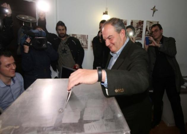 Εκλογές ΝΔ: Ο Καραμανλής έριξε την ψήφο και… έβγαλε selfie! | tlife.gr