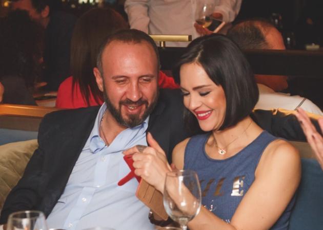 Νικολέττα Καρρά: Βραδινή έξοδος με τον σύζυγό της! Φωτογραφίες | tlife.gr