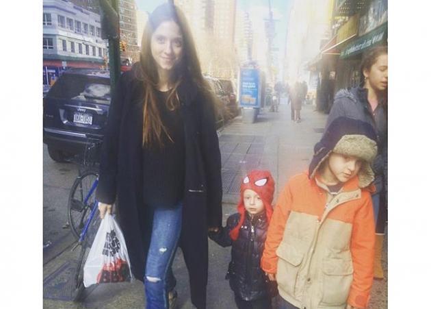 Σοφία Καρβέλα: Βόλτες με στυλ στους δρόμους της Νέας Υόρκης, παρέα με το Νινίκο της!   tlife.gr