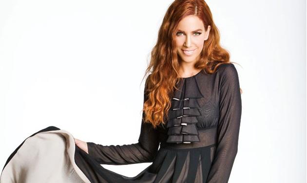 Δες την Κατερίνα Στικούδη να τρώει με τη βαφή στο μαλλί! | tlife.gr