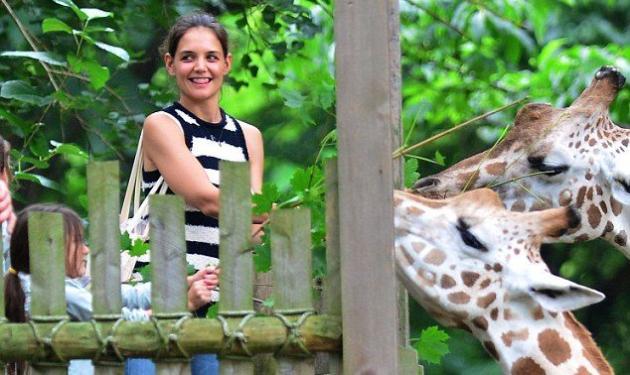 Καλύτερα οι δυο μας! Η Katie Holmes με την Suri στον ζωολογικό κήπο! | tlife.gr