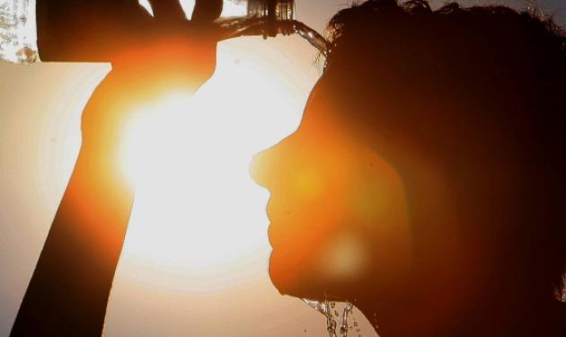 SOS: Ποια μέτρα πρέπει να πάρεις για να προστατευθείς από τον καύσωνα | tlife.gr