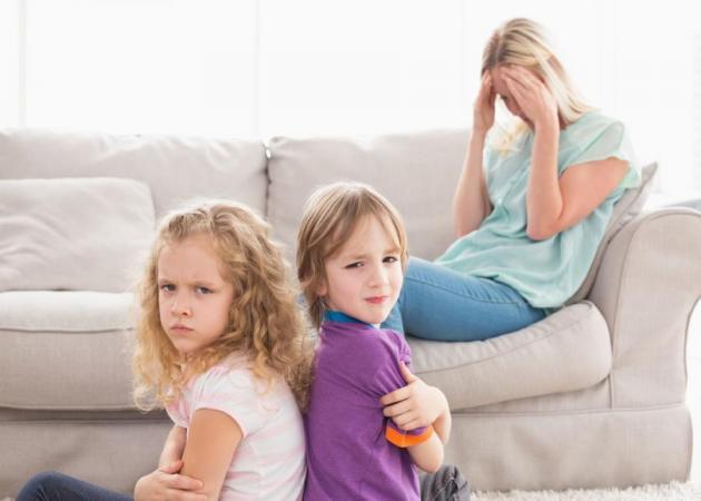 Αδελφικοί καβγάδες: Τι θέση πρέπει να παίρνουν οι γονείς;