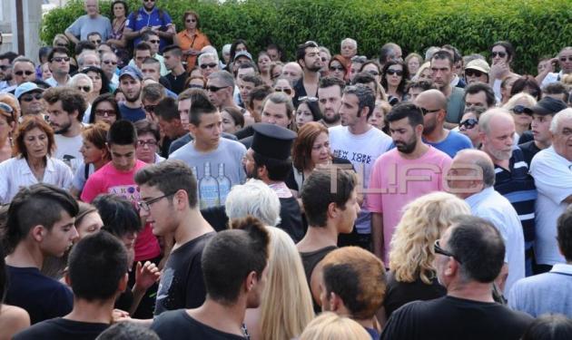 Το τελευταίο αντίο στον 19χρονο Θανάση – Περισσότερα από 500 άτομα θρηνούσαν και φώναζαν συνθήματα | tlife.gr