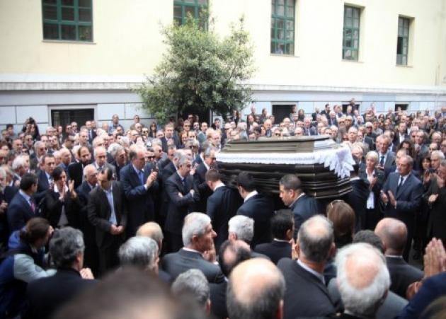 Κηδεύτηκε ο Γιάννης Αγγέλου – Συντετριμμένος ο Κώστας Καραμανλής εκφώνησε τον επικήδειο | tlife.gr