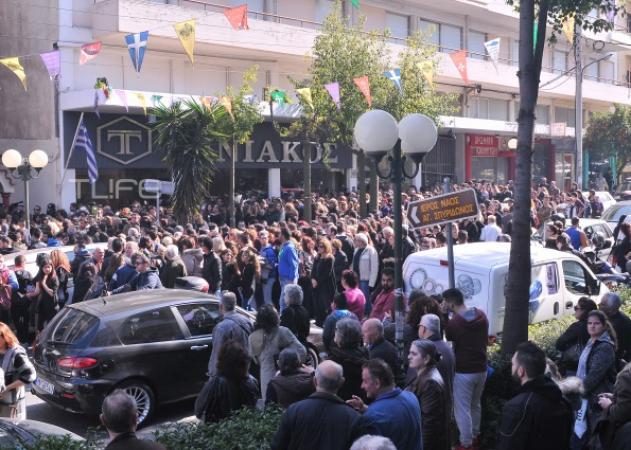 Κηδεία Παντελή Παντελίδη: Έκλεισε ο δρόμος που βρίσκεται η εκκλησία – Τεράστιες ουρές κόσμου που περιμένει να μπει στο ναό!