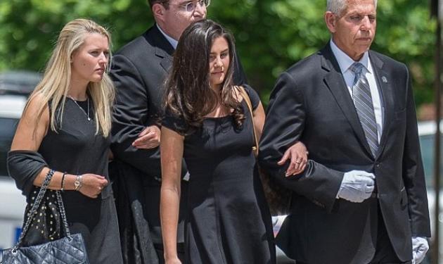 Θρήνος στην κηδεία των ομογενών που δολοφονήθηκαν – Τραγικές φιγούρες οι κόρες της οικογένειας | tlife.gr
