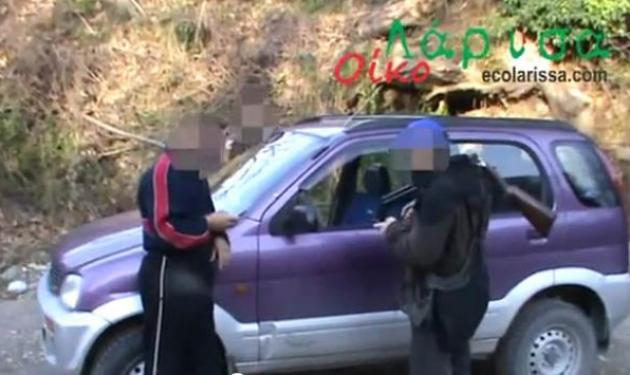 Σοκαριστικό βίντεο! Λαθροκυνηγοί βρίζουν χυδαία γυναίκα και την πατάνε με το αυτοκίνητο! | tlife.gr