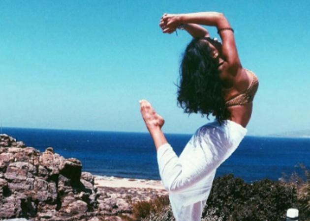 Κόννυ Μεταξά: Ποζάρει topless στη Μύκονο και τρελαίνει το instagram