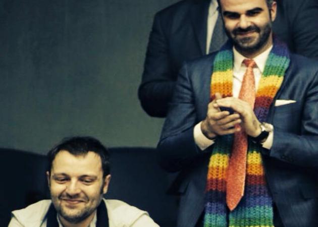 Αύγουστος Κορτώ: Με τον σύζυγό του στη Βουλή, την ώρα που ψηφίστηκε το σύμφωνο συμβίωσης! | tlife.gr