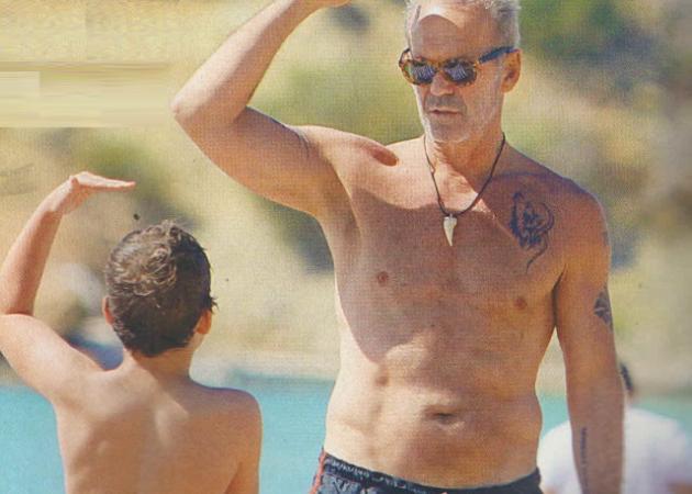 Πέτρος Κωστόπουλος: Οι πρώτες βουτιές με τον γιο του Μάξιμο στη Βουλιαγμένη | tlife.gr
