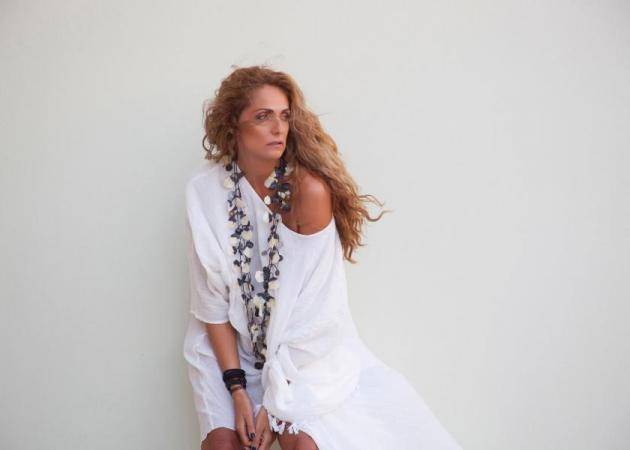 Βίκυ Κουλιανού: Ποζάρει με καλοκαιρινά φορέματα! Φωτογραφίες