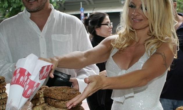 Οι ξένοι εντυπωσιάστηκαν που η Pamela έφαγε χωριάτικο ψωμί!