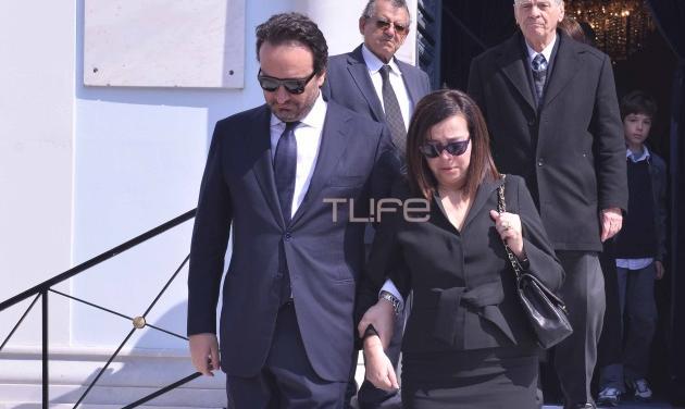 Ελένη Κούρκουλα: Υποβασταζόμενη στην κηδεία του Διαγόρα Χρονόπουλου η πρώτη σύζυγός του