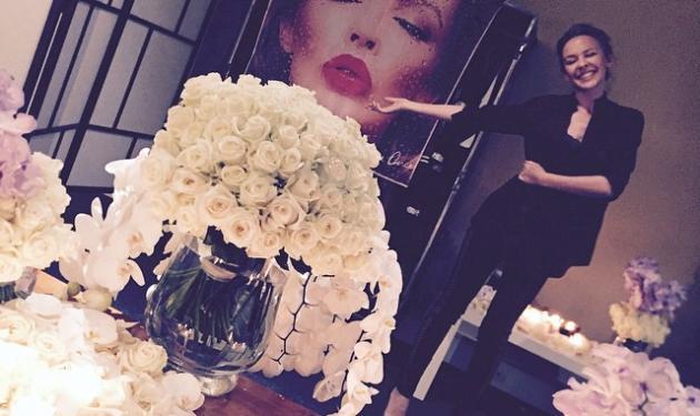 Kylie Minogue: Ποιος γέμισε το δωμάτιο της με λουλούδια; | tlife.gr