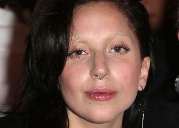Ναι, είναι η Lady Gaga! Με νέο μαλλί, νέα φρύδια και piercing!