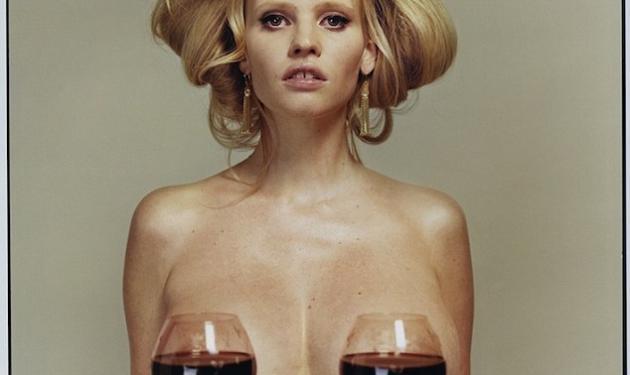 Lara Stone: Ποζάρει γυμνή και καλύπτει το στήθος της με δυο ποτήρια… κρασί! | tlife.gr