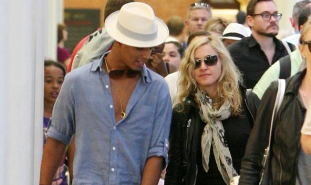 Madonna: Βόλτα στο Παρίσι με τον 24χρονο πρώην της! Δες φωτογραφίες | tlife.gr