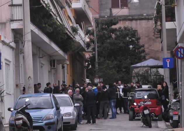 Παντελής Παντελίδης: Πλήθος κόσμου φτάνει στο πατρικό του σπίτι στη Νέα Ιωνία – Φωτογραφίες