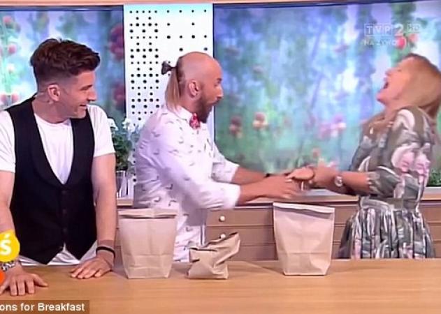 Aπίστευτο βίντεο: Μάγος σε τηλεοπτική εκπομπή τρυπάει με καρφί το χέρι της παρουσιάστριας!