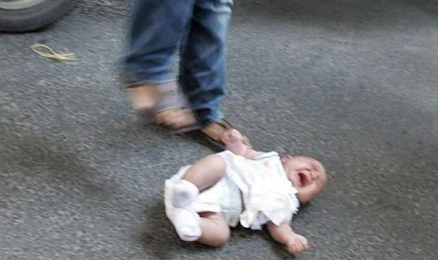 Μητέρα πέταξε το μωρό της στο δρόμο και το κλώτσησε! | tlife.gr