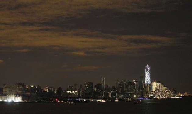 Η στιγμή που το Μανχάταν βυθίζεται στο σκοτάδι! Εντυπωσιακό video   tlife.gr