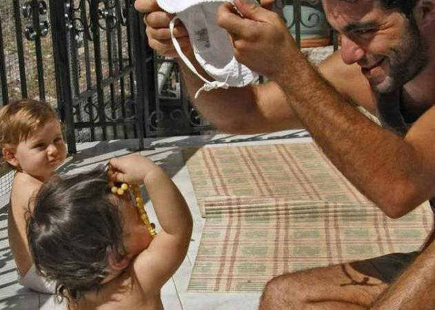 Μάνος Παρασκάκης: Οι σπαραχτικές μαντινάδες για την τετράχρονη Μελίνα του!   tlife.gr