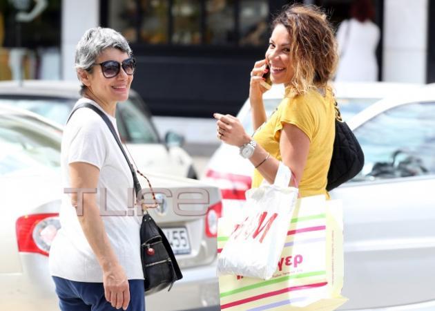 Μαριάντα Πιερίδη: Βόλτα στη Γλυφάδα με την μητέρα της! | tlife.gr