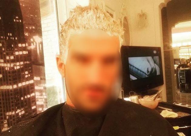 Είναι Έλληνας τραγουδιστής με… την βαφή στα μαλλιά! | tlife.gr