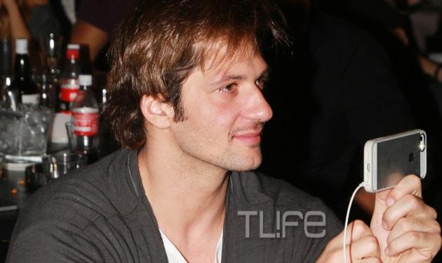 Δ. Μάζης: Θαυμάζει και φωτογραφίζει με τον κινητό την σύζυγό του Μ. Μαγγίρα! | tlife.gr