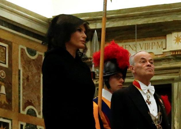 Melania Trumb: Έκλεψε την παράσταση στο Βατικανό με μαύρο δαντελένιο μαντήλι στο κεφάλι! [pics]