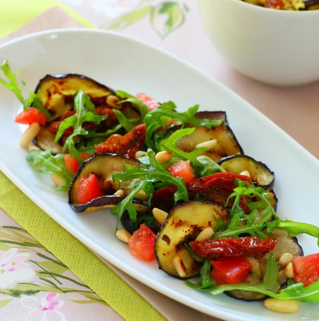 2 | Ψητή μελιτζάνα με ρόκα σαλάτα