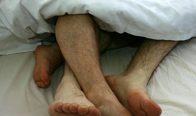 Πάτρα: Έπιασε στο κρεβάτι της τον ένστολο άντρα της με τον κουμπάρο!