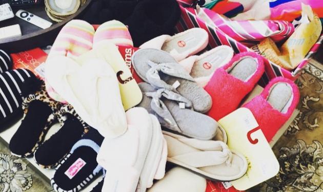 Ποια διάσημη παρουσιάστρια έλαβε όλες αυτές τις παντόφλες ως δώρο γενεθλίων; | tlife.gr