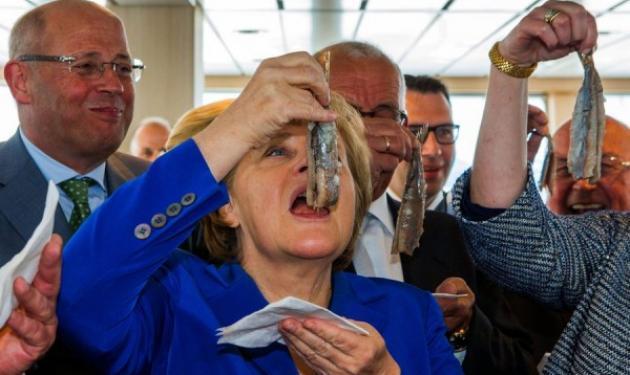 Άνγκελα Μέρκελ: Δες την να καταπίνει αμάσητες… τις ρέγγες, μπροστά στους φωτογράφους! | tlife.gr