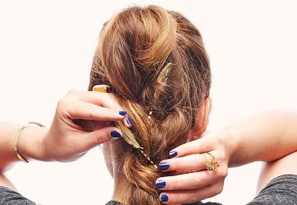 Νέα beauty εμμονή: βάλε τσιμπιδάκια με σχέδια στην πλεξίδα σου! | tlife.gr