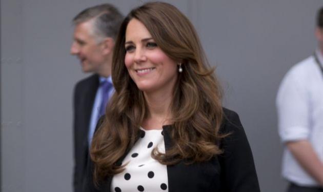 Μήπως περιμένουν αγοράκι; Η Kate Middleton επέλεξε μπλε καροτσάκι!