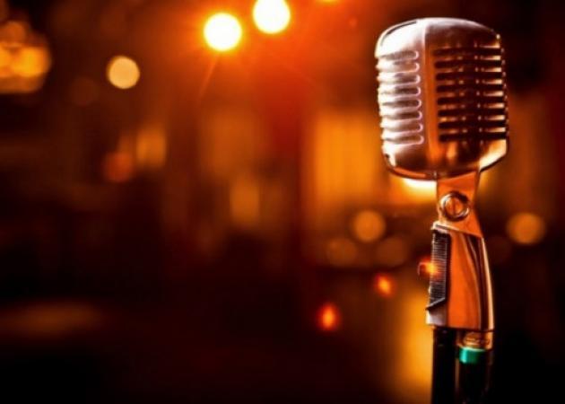 Έλληνας τραγουδιστής άφησε το μικρόφωνο και νοικιάζει αυτοκίνητα στη Σαντορίνη! | tlife.gr