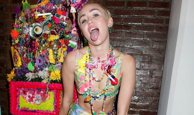 Miley Cyrus: Ποζάρει (ξανά) ολόγυμνη στο μπάνιο της