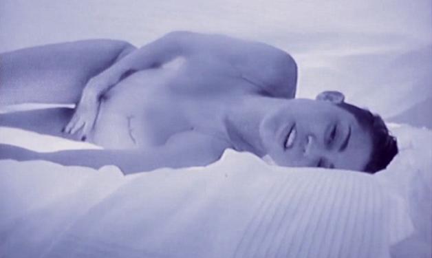 M. Cyrus: Ξέρει να προκαλεί! Xαϊδεύεται, φορώντας nude εσώρουχα στο νέο της video!   tlife.gr