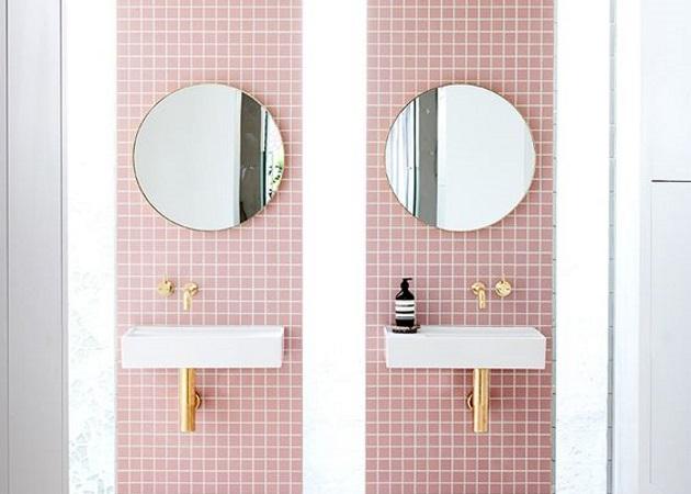 Bath-ing trends: Ο στρογγυλός καθρέφτης είναι το must have item για το μπάνιο και δεν χωράει αμφιβολία