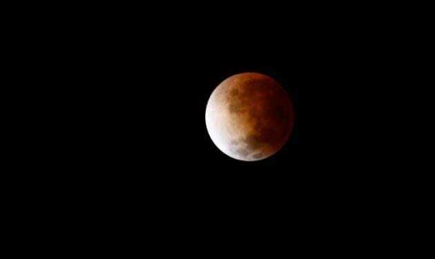 """Συνομώτησε το Σύμπαν και…""""μάτωσε"""" το φεγγάρι – Δες ζωντανά από τη NASA την ολική έκλειψη Σελήνης"""