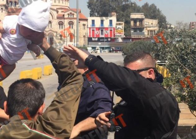 Συγκλονίζει  η στιγμή που πρόσφυγας προσπαθεί να πετάξει μωρό πάνω σε λιμενικό!