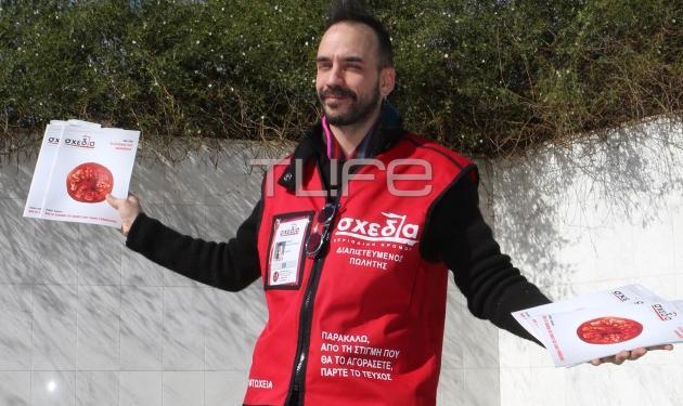 Πάνος Μουζουράκης: Έγινε… εφημεριδοπώλης για καλό σκοπό! Φωτογραφίες | tlife.gr
