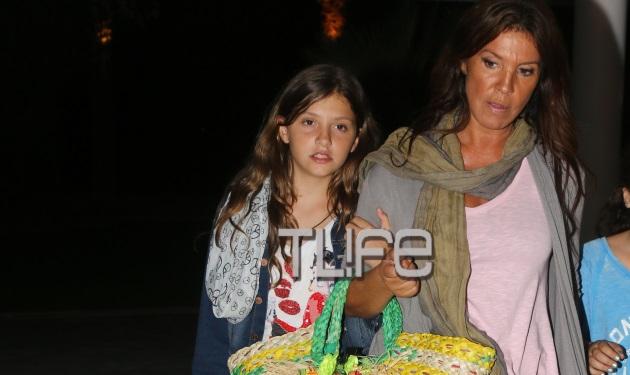 Β. Μπάρμπα: Σε beach bar με την κόρη της! Φωτογραφίες