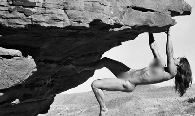 Σκαρφαλώνουν στα βράχια γυμνές! Εντυπωσιακές εικόνες | tlife.gr
