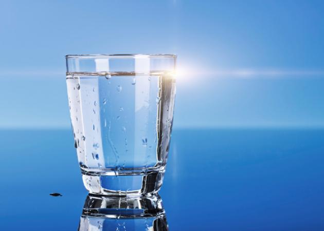 Με πόσο νερό πριν από κάθε γεύμα θα χάνεις ΤΟΥΛΑΧΙΣΤΟΝ 1 κιλό/μήνα!