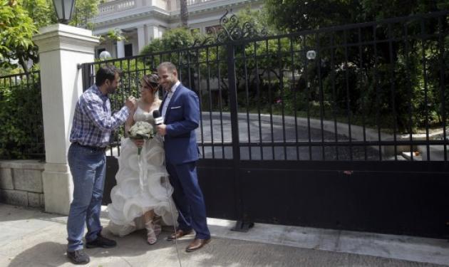 Έκαναν τη γαμήλια φωτογράφιση τους στο… στο Μέγαρο Μαξίμου! | tlife.gr