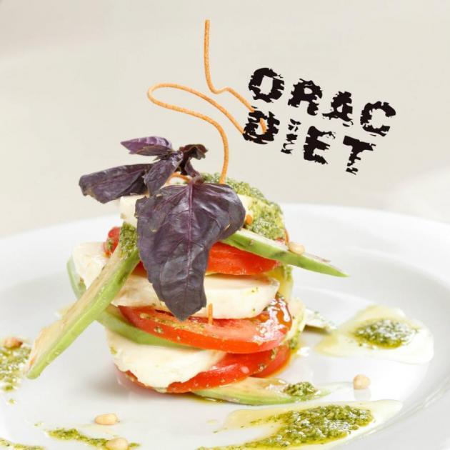 Σαλάτα με αβοκάντο, ντομάτα, μοτσαρέλα και βασιλικό