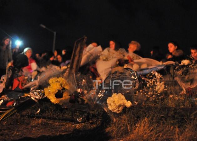 Παντελής Παντελίδης: Οι θαυμαστές του μαζεύτηκαν μετά την κηδεία στο σημείο της τραγωδίας κι άκουγαν τραγούδια του!
